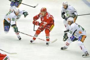 Anssi Salmela gjorde debut i Mododressen mot Färjestad – en debut som lovade gott inför fortsättningen. Frågan är om hans sejour i Ö-viksklubben stannar vid tre veckor.