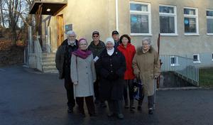Karin Tengvald, Maj Björk, Inger Nyström och Christina Ernstsson, bakom dem Casten von Otter, Berry Westerberg och Bengt Björk representerar olika föreningar i Edsbro. Alla är mycket upprörda över att deras vårdcentral ges så dåliga förutsättningar att ingen vill driva den.