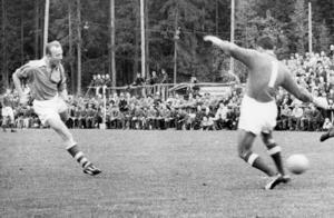 För sådär drygt 60 år sedan var Marma IF höjdarlaget från Häslingland, och kvalade till allsvenskan. Här är det Ingvar Lundgren som gör ett mål mot IFK Östersund.