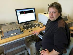 Ulf Frykman analyserar proverna i den 1,1 ton tunga blylådan i bildens vänstra kant.