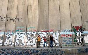 Isabel på ett av sina besök i Mellanöstern. Här står hon med en kompis vid separationsmuren i Betlehem.