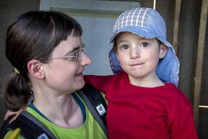Eva Husson och dottern Tia. – Här har vi ett bra liv. Det är aldrig tråkigt. Det är skönt att göra saker med händerna, och att kunna ta på det man har gjort, sägerEva Husson.