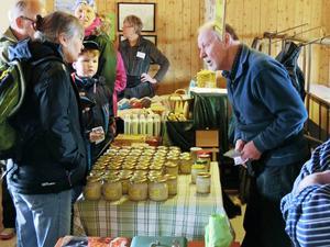 Alf Olsson säljer honung på påskmarknaden tillsammans med andra mathantverkare.