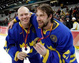 Mats Sundin och Peter Forsberg vid OS-guldet i Turin 2006. Nu väljs de in i det internationella ishockeyförbundets Hall of Fame.