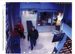 Den dömde 37-åringen syns här på en övervakningsbild från ICA Simonssons i Strömsund. Fotot kommer från polisens förundersökningsmaterial.