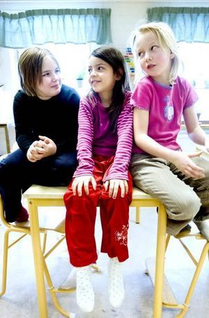 """""""Tröga föräldrar"""". Moa Borg, Jamelia Nilskog Butt och Matilda Thysell har många smarta miljötips. En del handlar om hur man bäst sorterar sopor hemma,  men en av tjejerna avslöjar att det kan vara svårt att få föräldrarna att göra som man säger."""