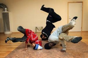 Breakdance. Bon Sjödin, 13 år, och Rodi Hassan, 15 år, trivs bäst i danssalen. Där övar de tillsammans med ungdomsledaren Ibrahima Diouf.