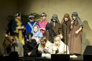 Julföreställningen på friskolan Mosaik innehåller alltifrån julspel, dans, sång och rock till en avslutande luciatablå.