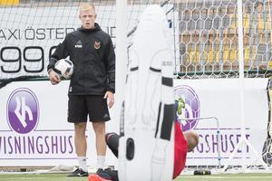 ÖFK-träning på Jämtkraft Arena under hösten där målvaktstränaren Linus Eriksson håller koll på Hampus Nilssons agerande.