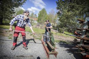 Örjan Södergren och Eivind Haugen klipper material till festivalen.