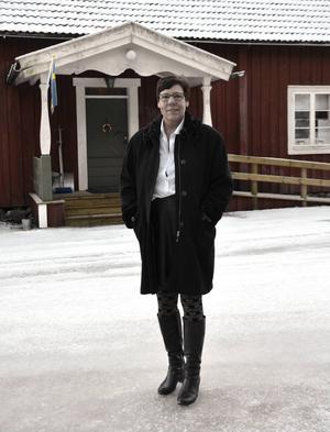 Laila Grubb brinner för hembygden i Selånger. Här ses hon utanför hembygdsgården.