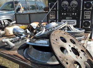 Gamla navkapslar, kugghjul och andra bilrelaterade grejer far ett vanligt inslag på marknaden.