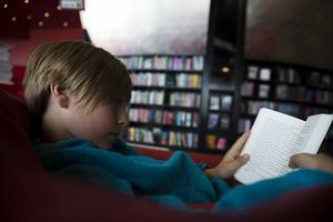 En ny studie visar ett samband mellan tillgång till böcker i unga år och högre inkomst i yrkeslivet.