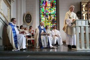 Biskop Thomas Söderberg och kontraktsprost Fredrik Lautmann deltog när Leenah Malmi Pauser i mitten svors in som kyrkoherde för Gagnefs kyrkliga samfällighet.