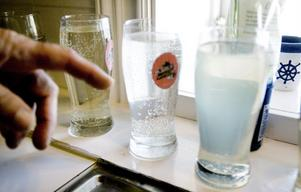 Det bästa kan vara att behöva bära in vattnet i hinkar, för då använder man inte lika mycket.– Vi har dragit in vatten och jag märker att vi inte snålar med det lika mycket nu, säger Lennart Andersson