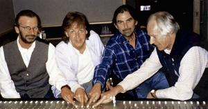 George Martin (längst till höger) tillsammans med Beatlesmedlemmarna George Harrison, Paul McCartney och Ringo Starr (till vänster) 1995. Arkivbild.   Foto: AP/TT