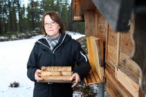 Lina Andersson med den sönderslagna motionslådan i Äggen.