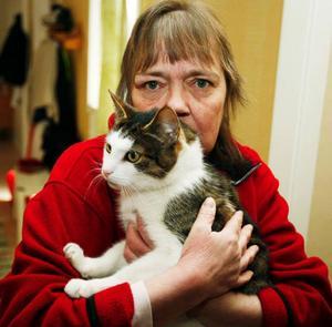 – Hur kan någon vara så grym mot ett djur? undrar Maj-Britt Sjögren, här med katten Snobben, som några pojkar kastade bomber på under valborgsmässoaftonen.
