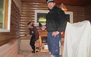 Erik Gustafsson och hans sambo Ann-Sofi Nyberg rustar nu upp första rummet i kvarnen. Foto: Roland Engvall