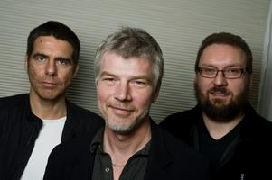 Regissören Anders Nilsson, till höger, tillsammans med skådespelarna Jakob Eklund och Mikael Tornving.