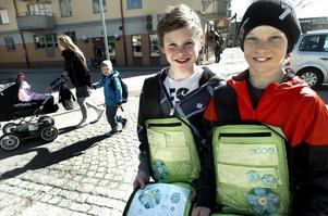 En halvtimme efter att skolan slutat var Pontus Karlsson och Max Arvberger, som går i femman på Malmens skola, på plats på torget i Kumla för att sälja majblommor.BILD: GÖRAN KEMPE