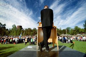 6. Nationaldagen. Wåhlstedt håller tal på Djäkneberget  år 2000.