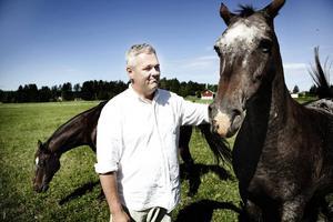 Anders W Jonsson (C) trivs bra hemma på gården i Vinnersjö tillsammans med familjen och hästarna De Niro och Occarina. Han har jobbat som förhandlare på Statsrådsberedningen i fyra år och kandiderar nu till riksdagen. Men själv ser han sig mer som barnläkare än politiker.