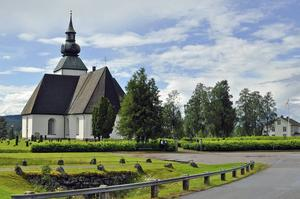 Malungs kyrka är ett kyrkorum med tusenårig historia. Om den fick en intresserad grupp deltagare från SPF Skinnarbygd höra då de nyligen gästade kyrkan för ett guidat studiebesök.