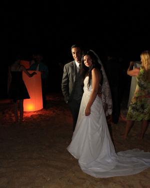 THAILÄNDSK TRADITION. På kvällen gick paret med gästerna ned till stranden och tände elva stycken svävande lyktor, khom loys, för att markera bröllopsdatumet 11/11 2011.