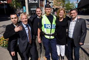 Ett stolt gäng. Fikri Haddad från S:t Jacob, Andreas Ersson på Fastighetsbyrån, centrumledare Lena Schulte, närpolisen Dan Pellas, Aydin Aho från Assyriska och Martin Tibblin på Swedbank.