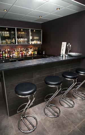 På fredagarna blir det ofta en drink i baren.