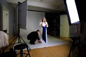 Annica Englund pysslas om av fotografen Anna Wilhelmsson i studion inför fotograferingen.