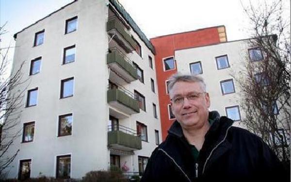 I Avesta har Per sat in över 10,,000 fönster i olika villor och lägenheter. Här står han utanför BRF Kopparvågen där han satt in mahognyimitationer där en del av fönstren är behandlade med en titandioxid så de är