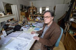 Författaren och illustratören Sven Nordqvist i lägenheten på Söder i Stockholm där han också har sin ateljé.