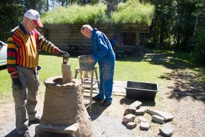 Arne Sundström och Björn Björn från föreningen Järnet på Lapphyttan tillverkar en blästerugn.