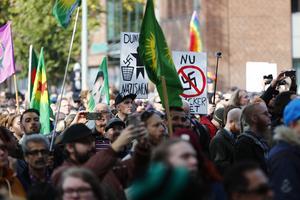 Motdemonstranter vid avspärrningarna inför Nordiska motståndsrörelsens (NMR) demonstration i lördags i Göteborg..