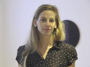 Utställningskommissarien Hilda Lindström.