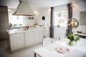 På nedervåningen finns de sociala ytorna med kök, matsal och vardagsrum.