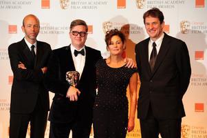 Alfredson prisad. Tomas Alfredson med sin Bafta för bästa brittiska film omgiven av filmens producenter Eric Fellne, Robyn Slovo och Tim Bevan.