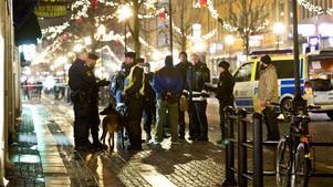 Skottdrama på Drottninggatan. Några veckor innan jul sköts en man ner bland en massa julhandlande människor.