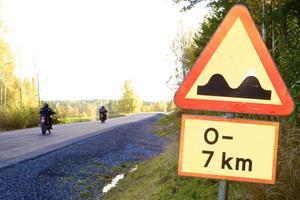 Än har skylten som varnar för ojämn väg inte tagits bort, men den som i dag kör mellan Jobsbo och Nor kan konstatera att vägen nu är i toppskick.