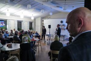 Brunflos ledande S-politiker, Anders Edvinsson, noterade vilka som begärde ordet för att ställa frågor till bland andra Östersunds kommuns landsbygdsansvariga näringslivssekreterare Ingrid Mars och tillväxtchefen Per Johansson.