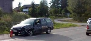 Den skadade mannen kom från Bollnäs och kom av okänd anledning delvis över i fel körbana. Han var nära att frontalkrocka med en mötande bil.