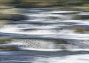Aquarell visar på Ricklunds leklust, där han kombinerar rörelsen i vattnet, med att röra kameran när han fotograferar.