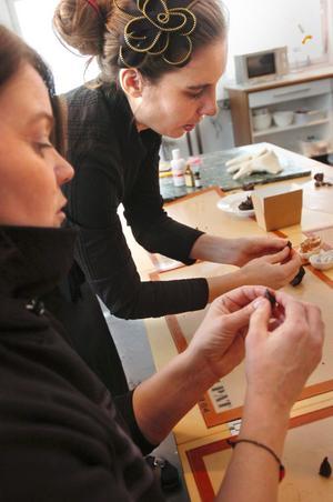 My Rådmark hjälper Annika Fernqvist att bygga upp en ros i choklad. Att få till tekniken i rullandet är klurigt till en början.