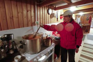 I köket höll Marita Sandberg soppgrytan rykande het, för värme till de frusna vandrarna.