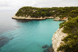 En av många badvikar på Menorca.