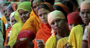 Hinduer köar för att registrera sig till pilgrimsvandringen.