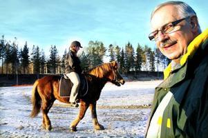 """HOPPFULL. Inge Johansson, ordförande i islandshästklubben Gyda, ser fram emot en ny, bättre tävlingsanläggning. I bakgrunden Margareta """"Nanna"""" Forsberg på hästen Mona."""