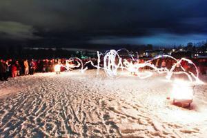 Under timmen det var släckt i Östersund pågick det aktiviteter i Badhusparken. Cirkus Kul och Bus hade en eldshow.... och så här  såg horisonten över Östersund  ut under Earth Hour i lördags.